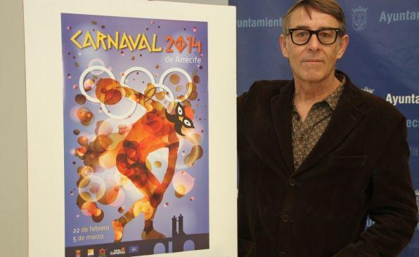El autor, Carlos Matallana, junto al cartel del próximo Carnaval.