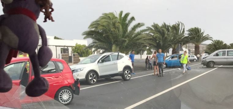Cinco heridos leves en un accidente múltiple con cinco coches implicados en San Bartolomé