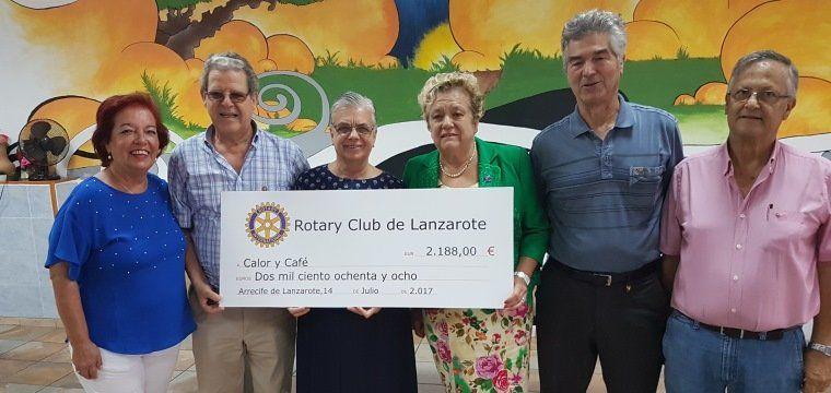 Imagen de la entrega por parte de representantes de Rotary Club del cheque por valor de más de 2.000 euros a la asociación Calor y Café