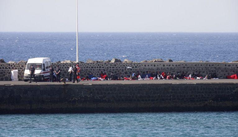 Inmigrantes que arribaron este miércoles a la isla, en el muelle de la Cebolla de Arrecife
